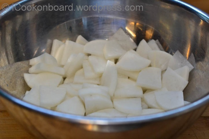 Mix to cover white radish with salt. Keep it aside for an hour.