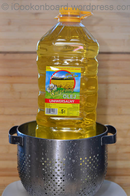 put a heavy (5kg water/cooking oil bottle) weight on top of the plate to squeeze out the water from the Chinese cabbage.