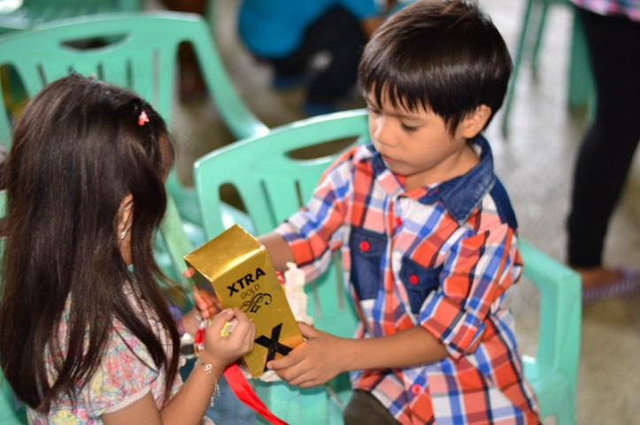 Avril helping Jerico to open his Christmas Gift. Photo by Nino Almendra