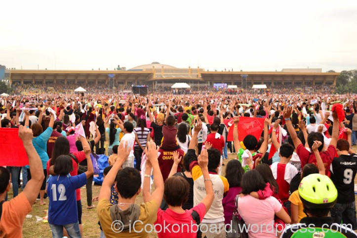 Debotee raised their hands to receive blessing during the Mass. Pista ng Itim na Nazareno Photo by Nino Almendra