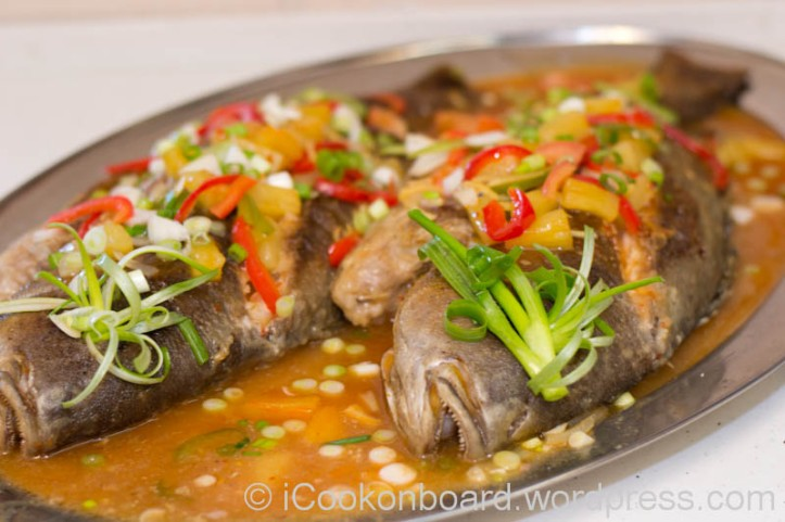 {Note; if you are serving it to Europeans, I recommend you to cover the eyes of the fish with spring onions or parsley. The sight of the fish eye looking at them is quite destructing their appetite.} Photo by Nino Almendra
