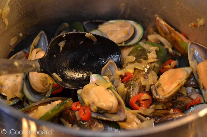 Stir the green mussles and mix for a minute.